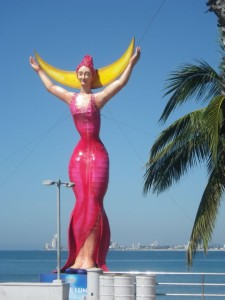 One of the many papier mâché statues along the Malecón.
